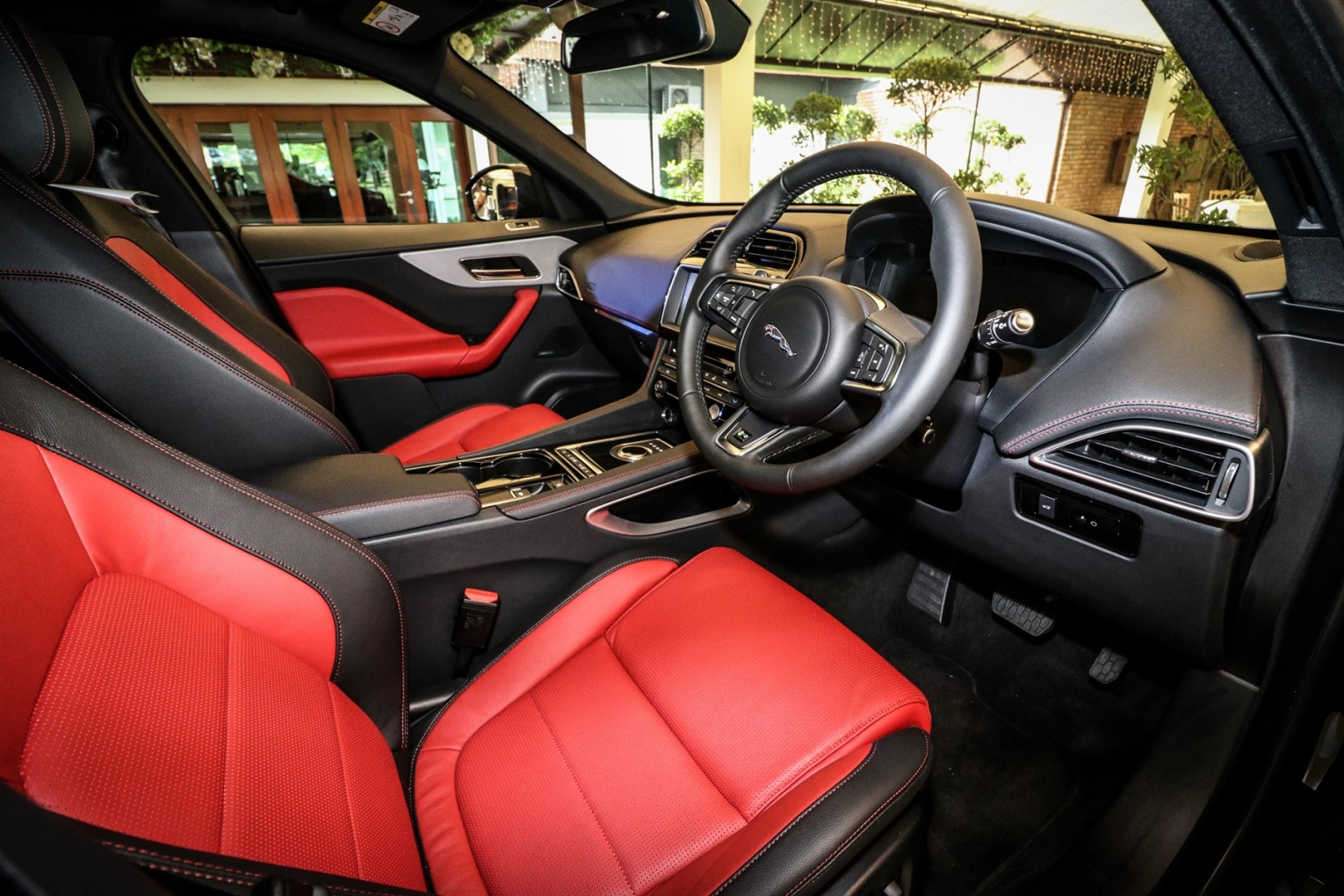 interior-of-the-all-new-jaguar-f-pace_2