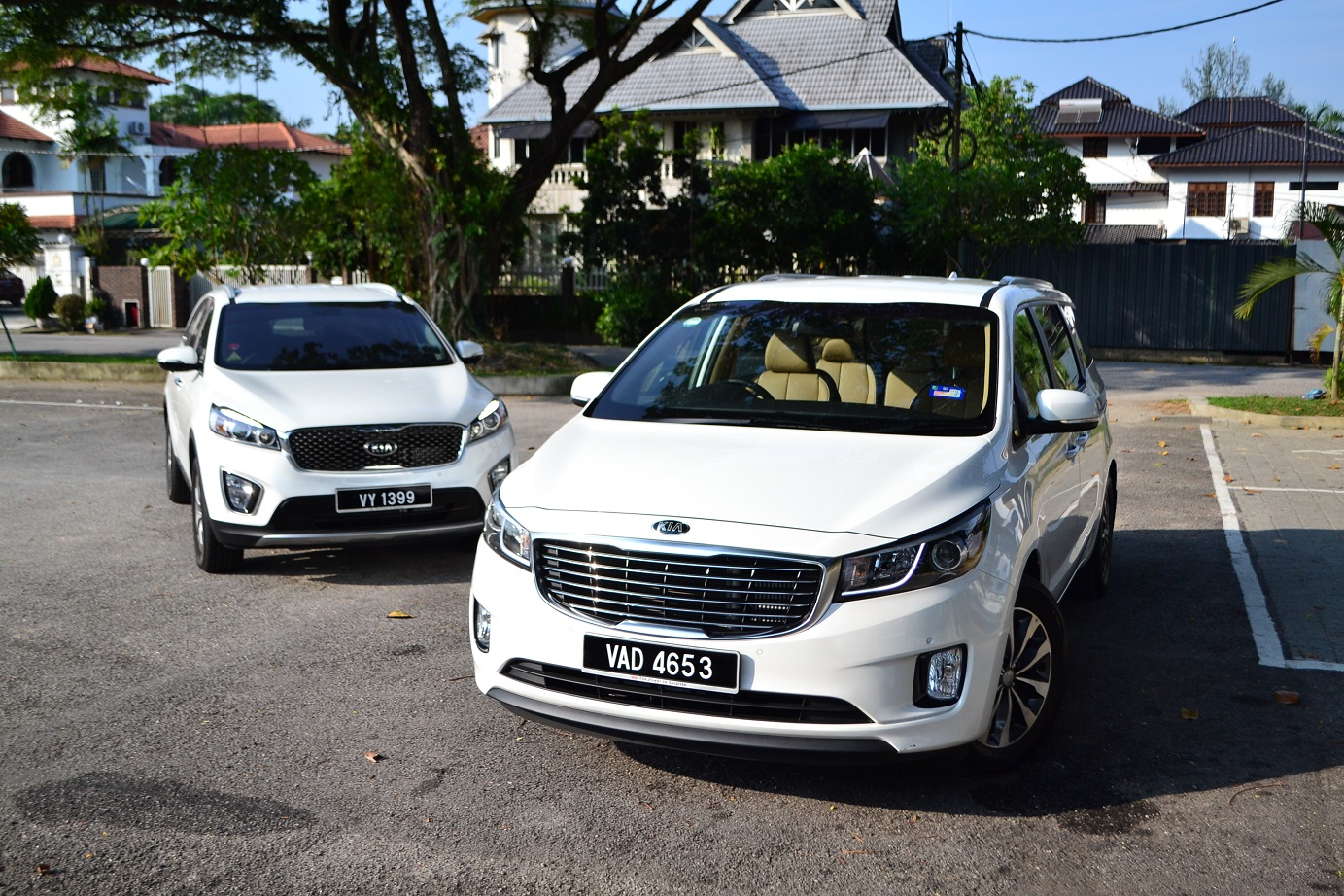 ... both the Sorento and Carnival look good with a large grille in the  center, flanked by sweeping headlamps that's accentuated by a lower skid  plate below ...